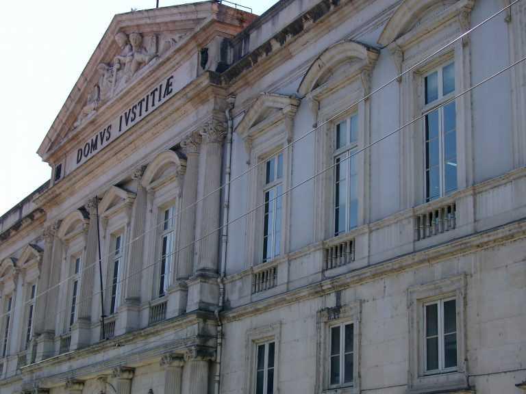 Jornal Campeão: Coimbra: Ex-bancária punida com pena suspensa