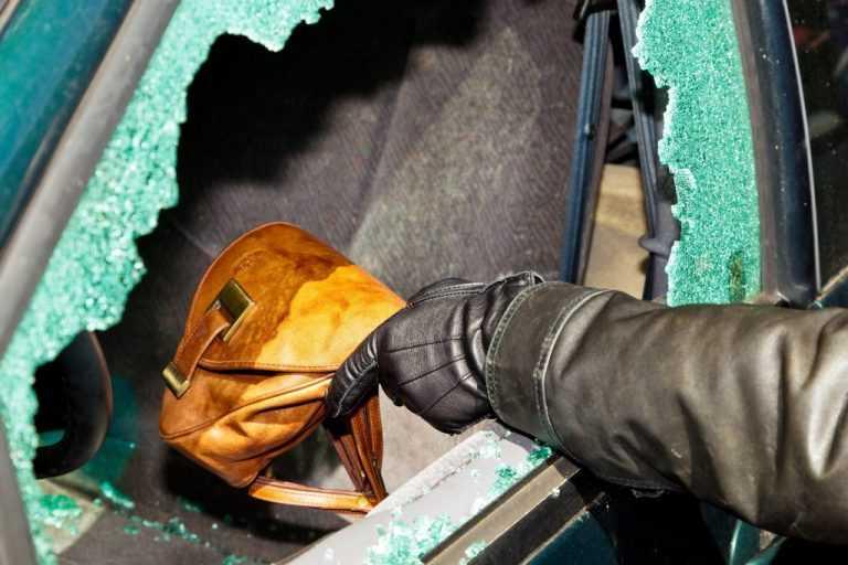Jornal Campeão: Arrombaram vidro de carro para levar um computador portátil