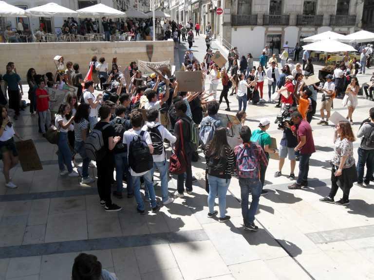 Jornal Campeão: Ministro do Ambiente recebido por protesto de jovens em Coimbra