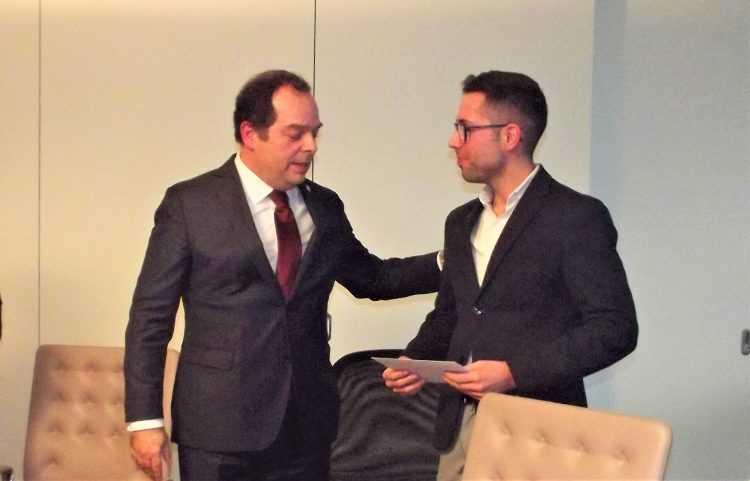 Miguel Silvestre, da Plural, entregou o donativo a Tiago Gonçalves, da Associação Dignitude