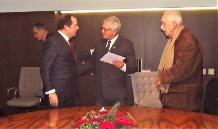 José Ribeiro Ferreira, da ANAI a receber o donativo das mãos de Miguel Silvestre
