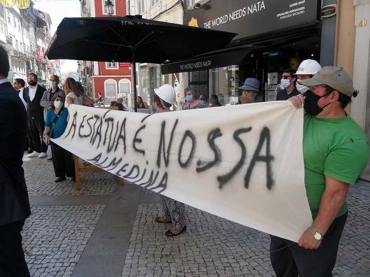"""Jornal Campeão: União de Freguesias protestou por retirada da estátua """"Guitarra de Coimbra"""""""