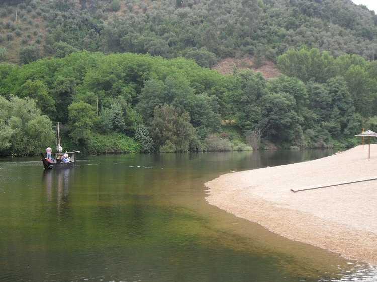 Jornal Campeão: Penacova: Praia do Reconquinho tem passeios em barca serrana