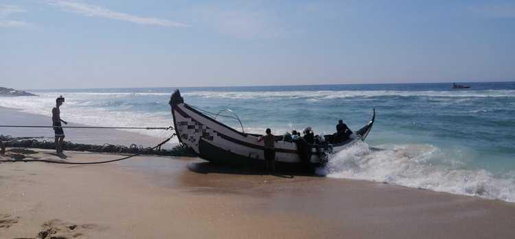 Jornal Campeão: Embarcação de arte xávega sofre acidente na praia da Leirosa na Figueira da Foz