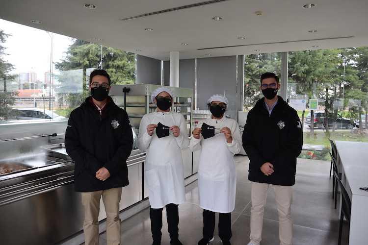 Jornal Campeão: Estudantes de Desporto da AAC distribuem máscaras pelos funcionários da cantina
