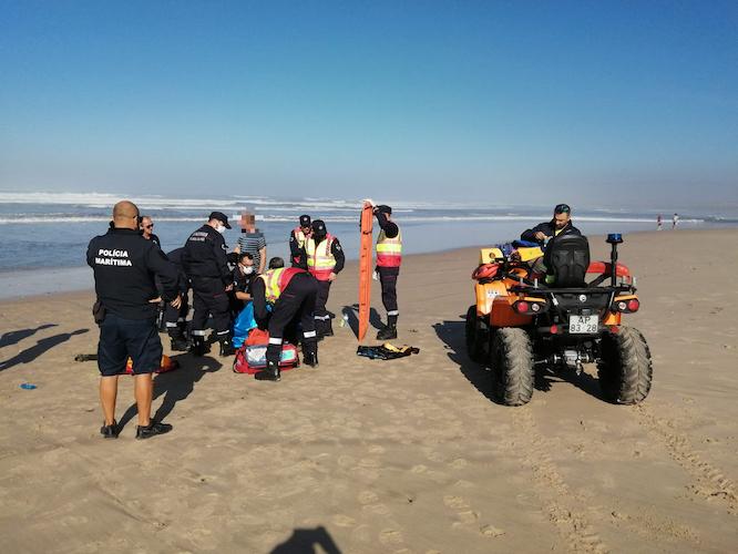 Jornal Campeão: Auxiliados dois tripulantes de embarcação que encalhou na praia do Cabedelo